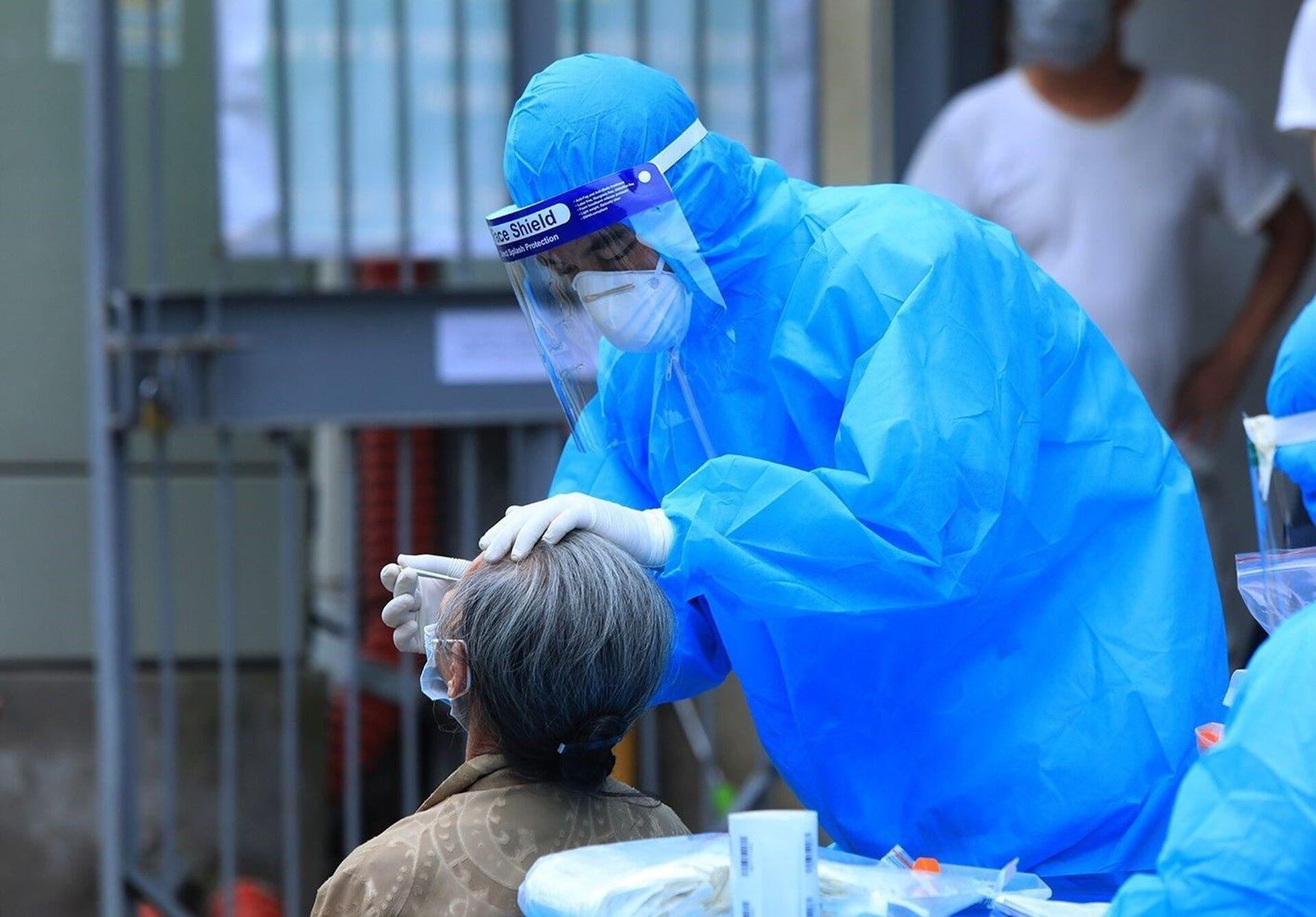 Nhân viên y tế quận Thanh Xuân lấy mẫu xét nghiệm COVID-19 cho người dân tại tổ 7, phường Thanh Xuân Trung. - Sputnik Việt Nam, 1920, 05.10.2021
