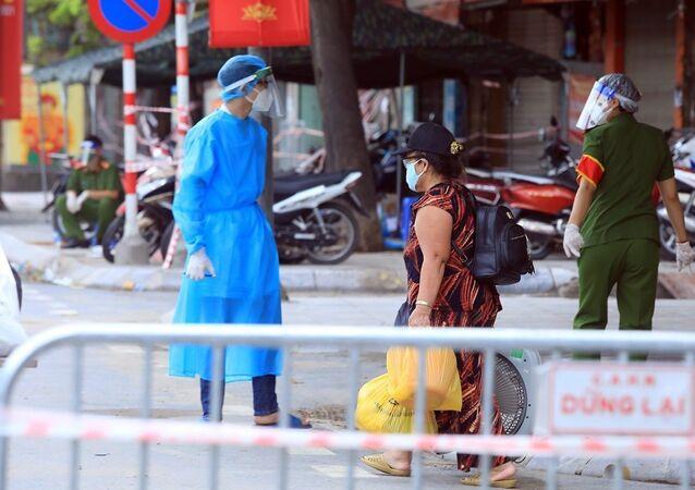 Một trường hợp F1 tại ngõ 328 Nguyễn Trãi được đưa đi cách ly.