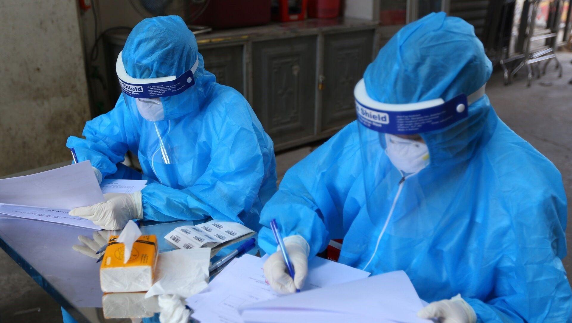 Nhân viên y tế lấy thông tin tất cả người dân lấy mẫu. - Sputnik Việt Nam, 1920, 02.09.2021