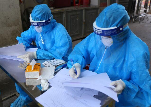 Nhân viên y tế lấy thông tin tất cả người dân lấy mẫu.
