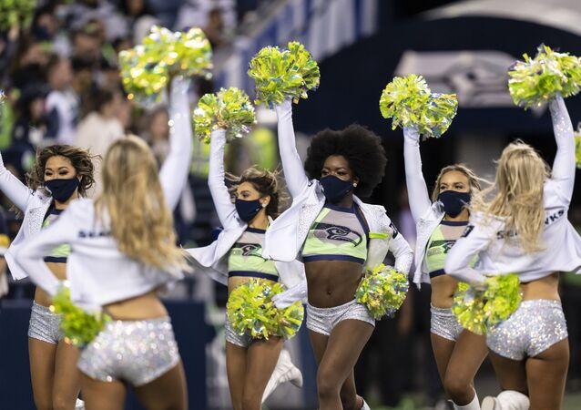 Hoạt náo viên tại trận đấu bóng đá NFL giữa Los Angeles Chargers và Seattle Seahawks ở Seattle