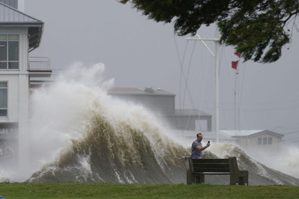 Người đàn ông chụp ảnh những con sóng cao trên bờ hồ Pontchartrain khi cơn bão Ida đổ bộ vào New Orleans