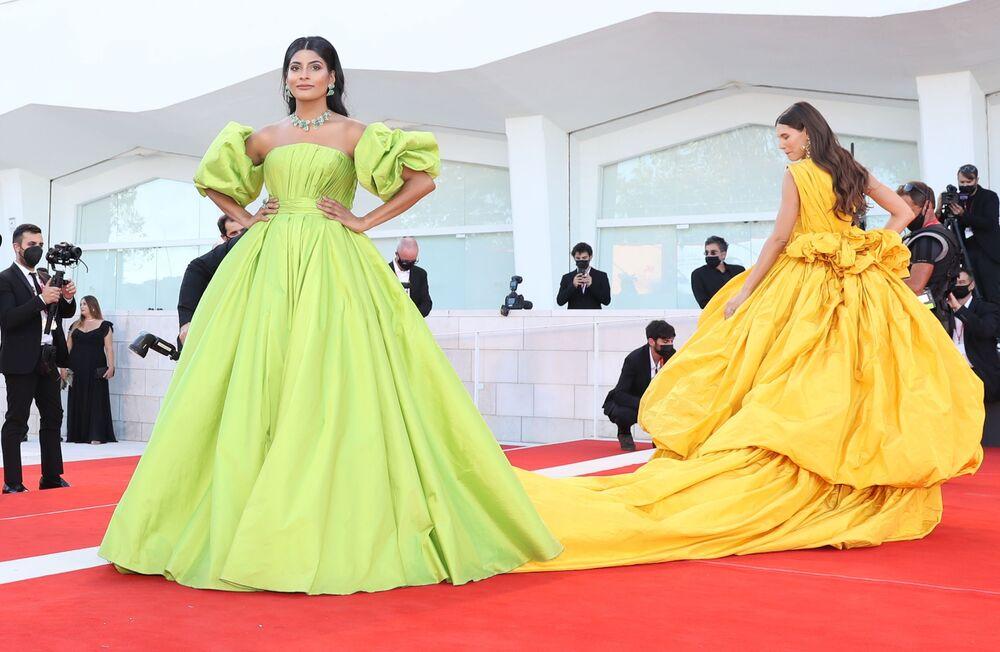 Người mẫu Farhan Bodi (trái) và người mẫu Ý Bianca Balti tại lễ khai mạc Liên hoan phim quốc tế Venice lần thứ 78