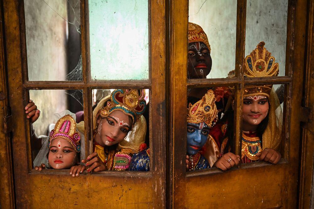 Các nghệ sĩ đang chờ đợi đến lượt trình diễn tại lễ hội Janmashtami, kỷ niệm sự ra đời của Krishna, Ấn Độ