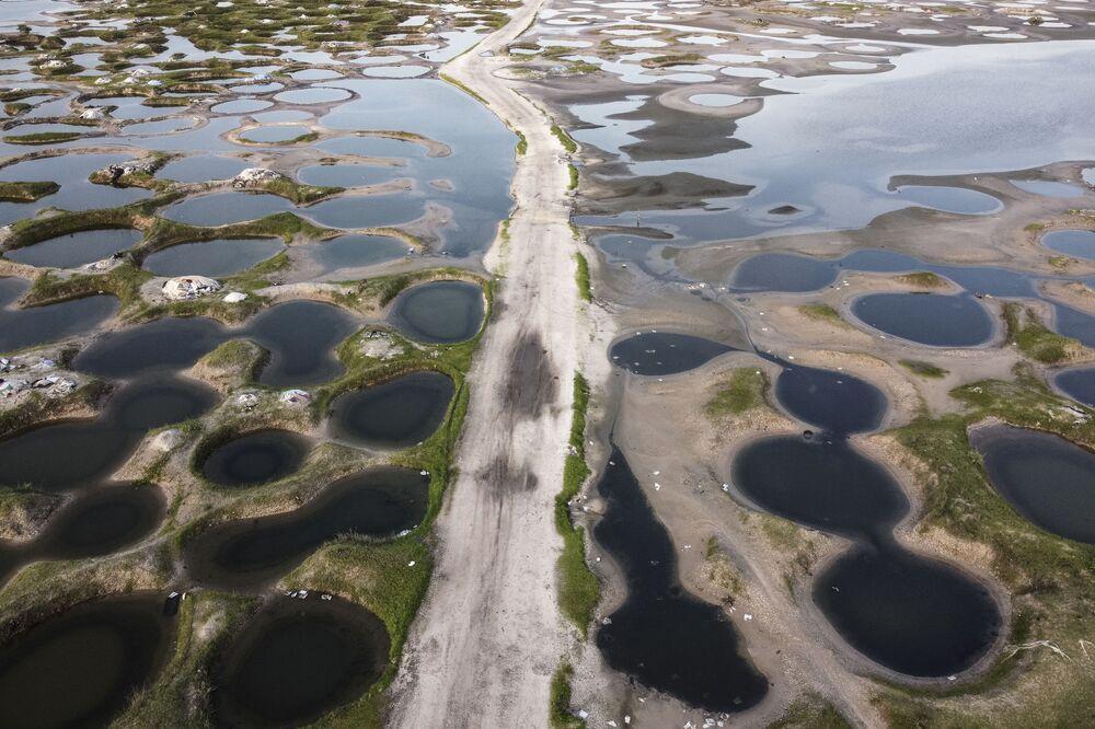 Ảnh từ trên không, cảnh con đường đi qua các mỏ muối bị ngập lụt trong mùa mưa ở Senegal