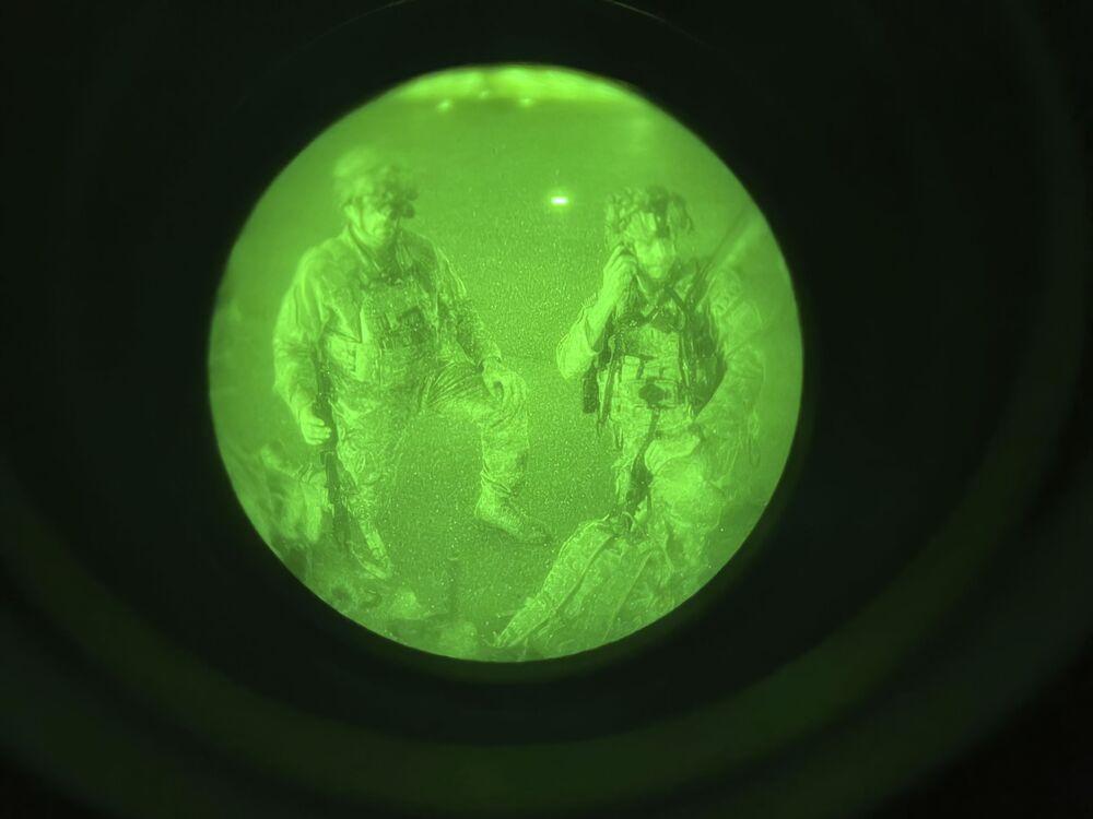 Quân lính Mỹ chuẩn bị lên máy bay tại sân bay Kabul