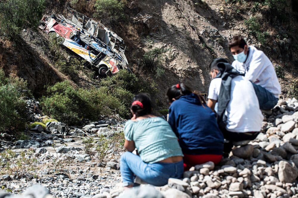 Nhóm người ngồi gần nơi xảy ra vụ tai nạn xe buýt ở Peru