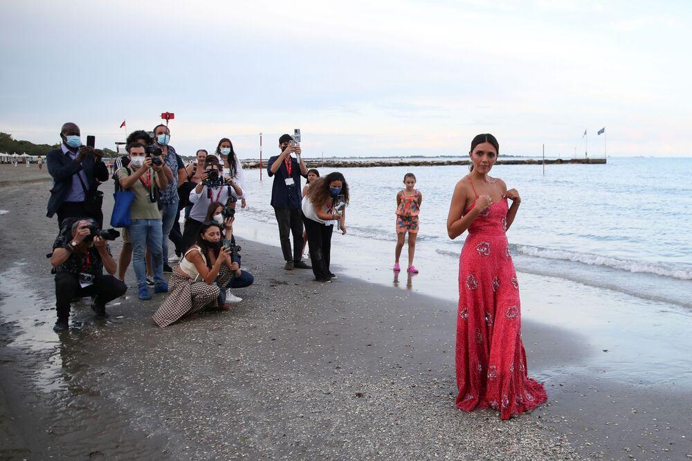 Nữ diễn viên Serena Rossi trong buổi chụp ảnh trên bãi biển ở Venice, Ý