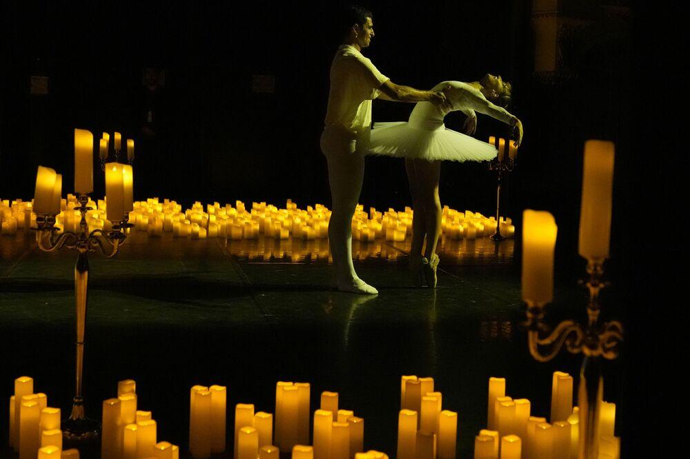 Các vũ công ba lê biểu diễn điệu nhảy từ vở ba lê Kẹp hạt dẻ tại Nhà hát Mogador ở Paris, Pháp