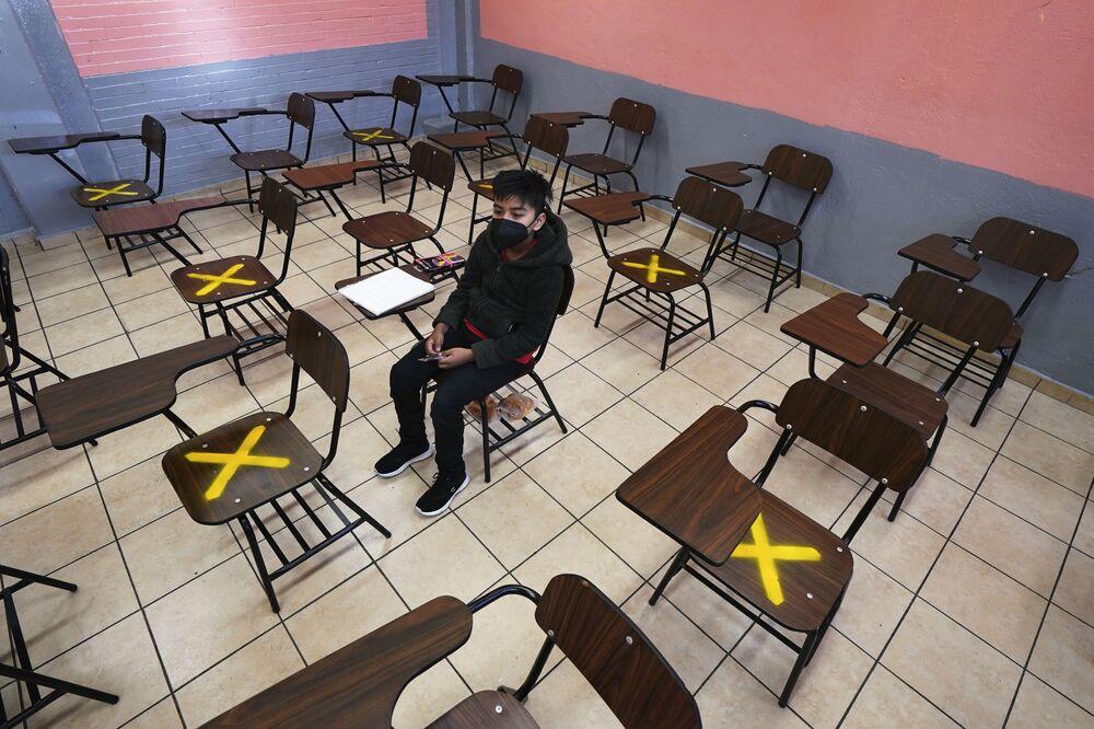Một học sinh trong giờ học riêng tại trường học ở Iztacalco, Mexico