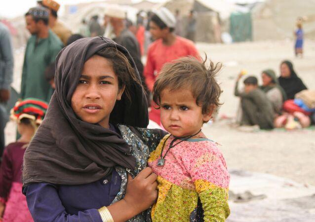 Người dân Afghanistan tại một trại tị nạn dựng tạm bợ gần ga đường sắt ở Chaman, Pakistan