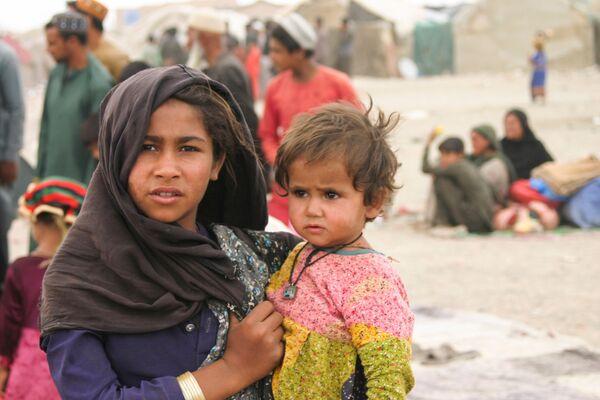 Người dân Afghanistan tại một trại tị nạn dựng tạm bợ gần ga đường sắt ở Chaman, Pakistan  - Sputnik Việt Nam