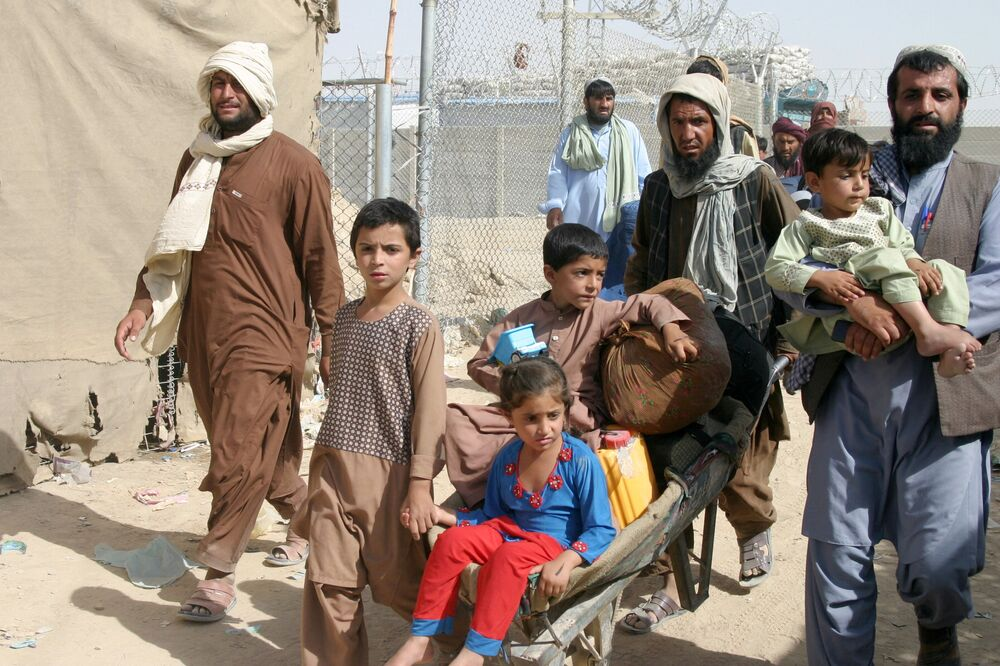 """Một gia đình Afghanistan tại trạm kiểm soát """" Cổng tình bạn"""" ở thị trấn biên giới Pakistan-Afghanistan của Chaman, Pakistan"""