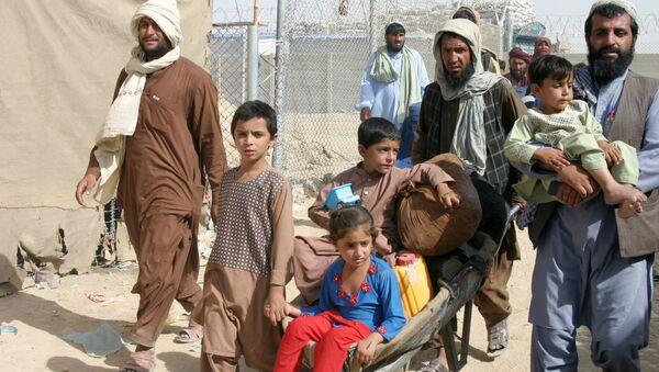 Một gia đình Afghanistan tại trạm kiểm soát Gate of Friendship ở thị trấn biên giới Pakistan-Afghanistan của Chaman, Pakistan - Sputnik Việt Nam