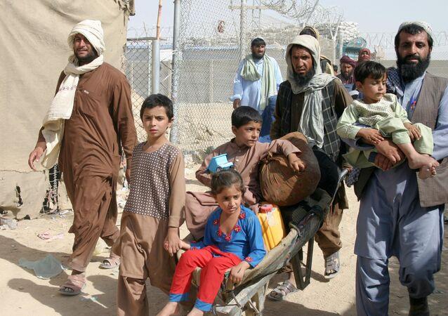 Một gia đình Afghanistan tại trạm kiểm soát Gate of Friendship ở thị trấn biên giới Pakistan-Afghanistan của Chaman, Pakistan