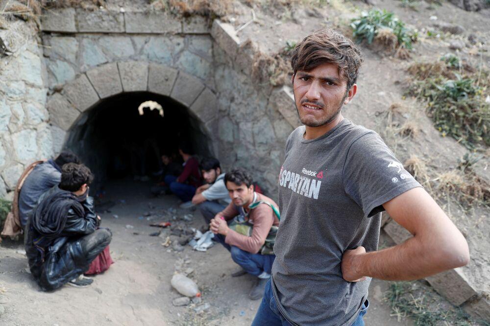 Người di cư Afghanistan trốn lực lượng an ninh trong một đường hầm dưới đường ray xe lửa sau khi vượt biên trái phép từ Iran vào Thổ Nhĩ Kỳ