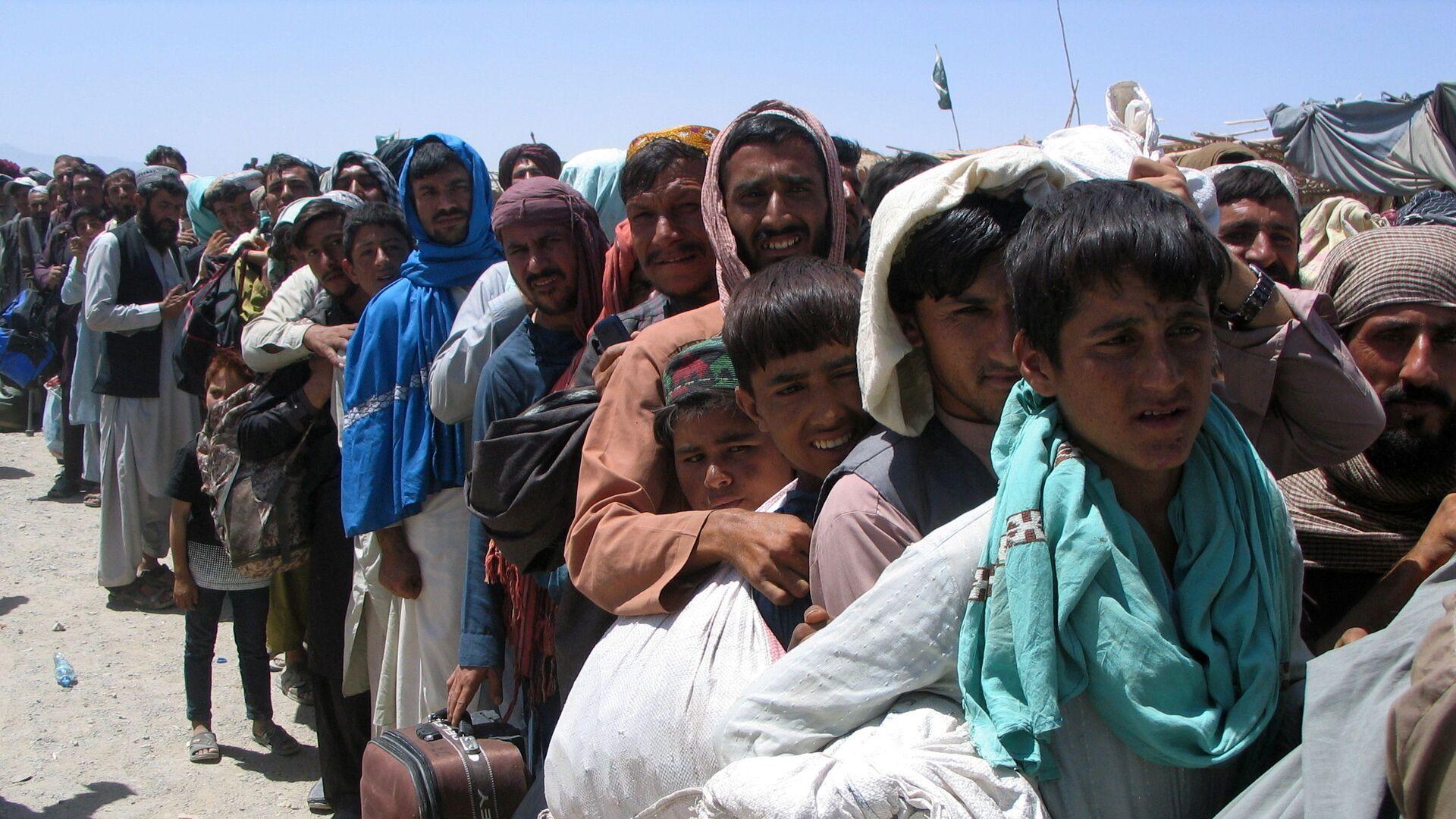 Nhóm người trước trạm kiểm soát Cổng Tình bạn ở Chaman, thị trấn biên giới Pakistan-Afghanistan,  Pakistan - Sputnik Việt Nam, 1920, 08.10.2021