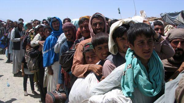 Nhóm người trước trạm kiểm soát Cổng Tình bạn ở Chaman, thị trấn biên giới Pakistan-Afghanistan,  Pakistan - Sputnik Việt Nam