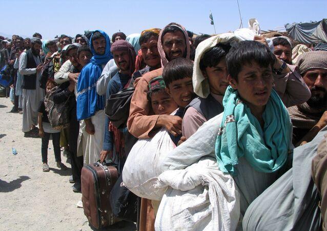 Nhóm người trước trạm kiểm soát Cổng Tình bạn ở Chaman, thị trấn biên giới Pakistan-Afghanistan,  Pakistan