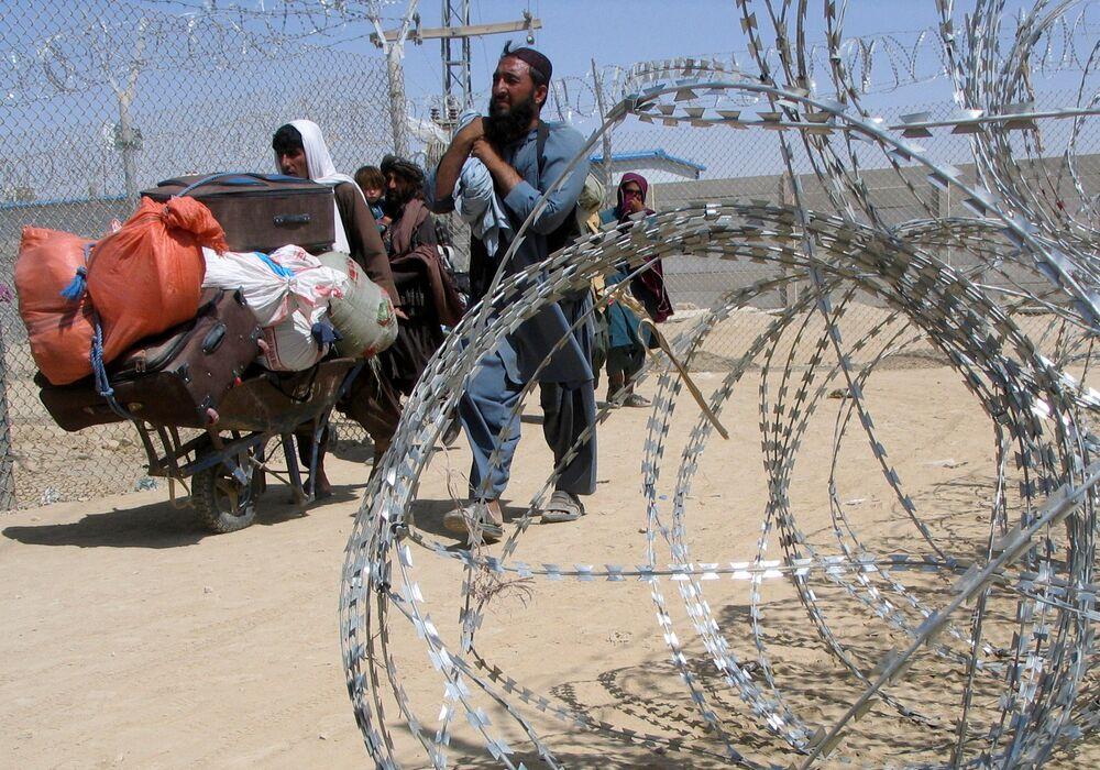 Một gia đình đến từ Afghanistan đi qua trạm kiểm soát Cổng Tình bạn ở Chaman, thị trấn biên giới Pakistan-Afghanistan, Pakistan