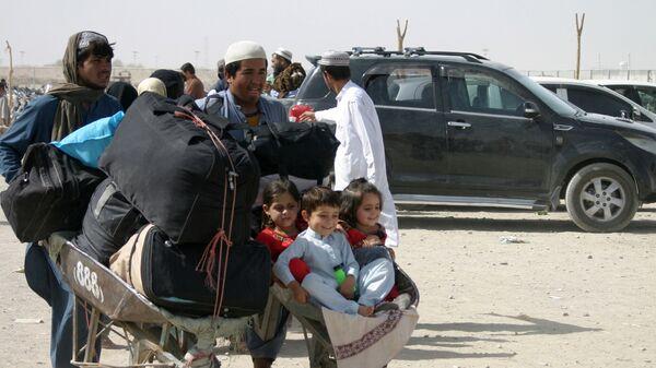 Một gia đình Afghanistan với đồ đạc tại trạm kiểm soát Cổng Tình bạn ở Chaman, thị trấn biên giới Pakistan-Afghanistan, Pakistan - Sputnik Việt Nam