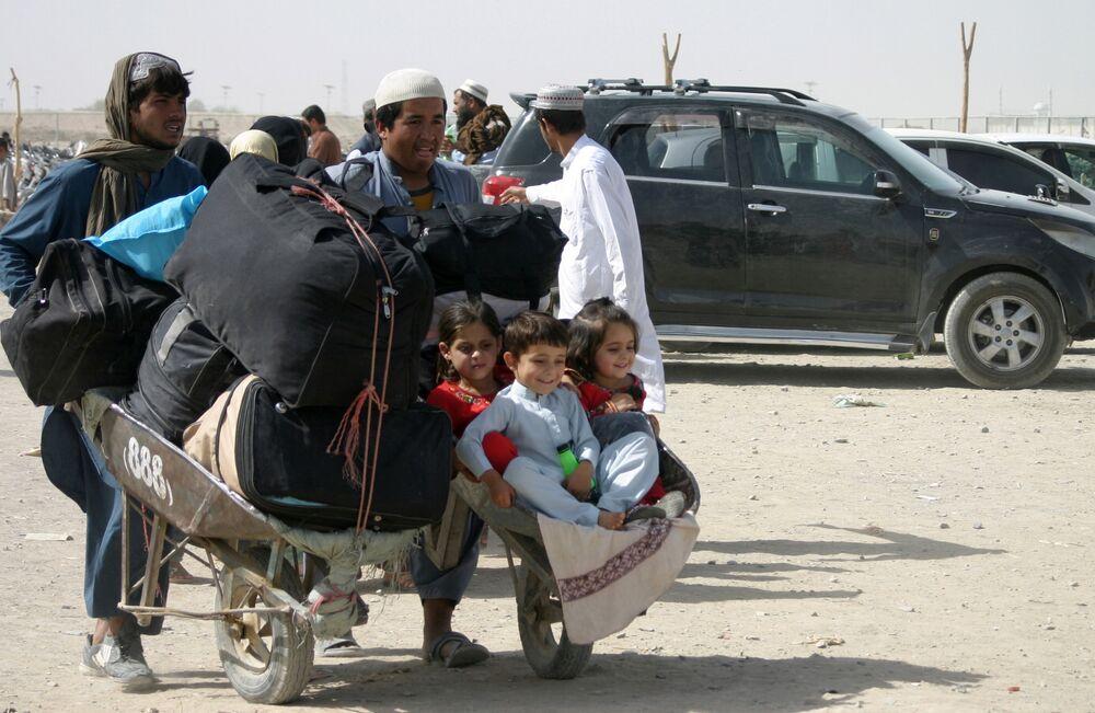 Một gia đình Afghanistan với đồ đạc tại trạm kiểm soát Cổng Tình bạn ở Chaman, thị trấn biên giới Pakistan-Afghanistan, Pakistan