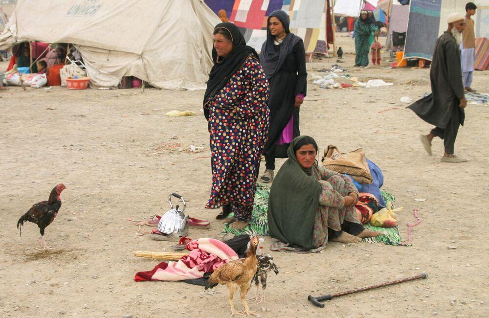 Gia đình tị nạn Afghanistan với đồ đạc gần nhà ga ở Chaman, Pakistan