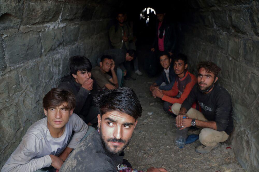Người di tản Afghanistan trốn trong đường hầm dưới đường ray xe lửa sau khi vượt biên trái phép sang Thổ Nhĩ Kỳ từ Iran, gần Tatvan, Thổ Nhĩ Kỳ