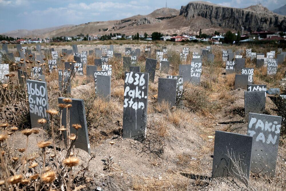 Nghĩa trang, nơi chôn cất những người di cư bất hợp pháp không rõ danh tính ở thị trấn biên giới Van, Thổ Nhĩ Kỳ