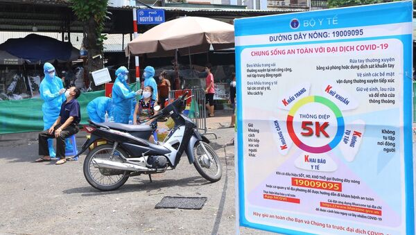 Trưa 3/9, lực lượng y tế quận Hai Bà Trưng đã tiến hành lấy mẫu xét nghiệm toàn bộ tiểu thương chợ Bách Khoa. - Sputnik Việt Nam