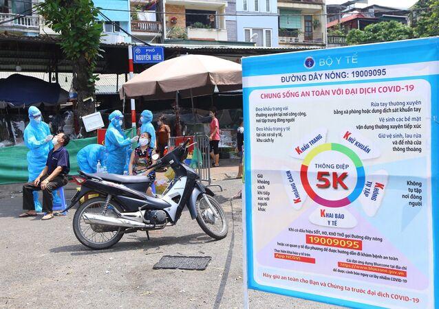 Trưa 3/9, lực lượng y tế quận Hai Bà Trưng đã tiến hành lấy mẫu xét nghiệm toàn bộ tiểu thương chợ Bách Khoa.