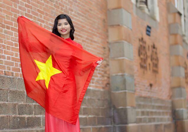 Hạnh phúc người phụ nữ trẻ yêu nước Việt Nam