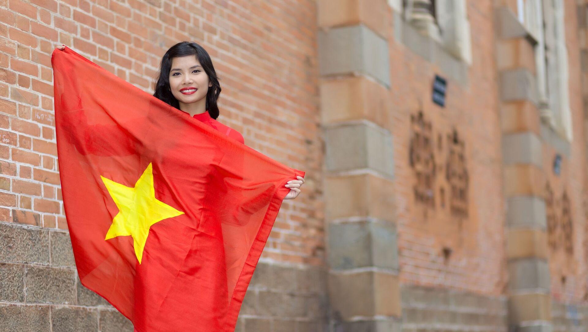 Hạnh phúc người phụ nữ trẻ yêu nước Việt Nam - Sputnik Việt Nam, 1920, 05.09.2021