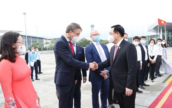 Các đại biểu tiễn Chủ tịch Quốc hội Vương Đình Huệ cùng Đoàn đại biểu cấp cao Quốc hội Việt Nam, tại sân bay quốc tế Nội Bài (Hà Nội). - Sputnik Việt Nam