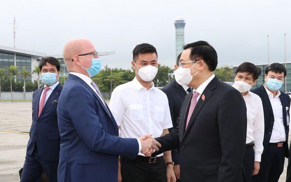 Các đại biểu tiễn Chủ tịch Quốc hội Vương Đình Huệ tại sân bay quốc tế Nội Bài (Hà Nội). - Sputnik Việt Nam