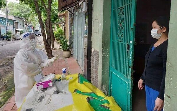 Nhân viên y tế thành phố Thủ Đức hướng dẫn người dân thực hiện xét nghiệm nhanh tại nhà. - Sputnik Việt Nam