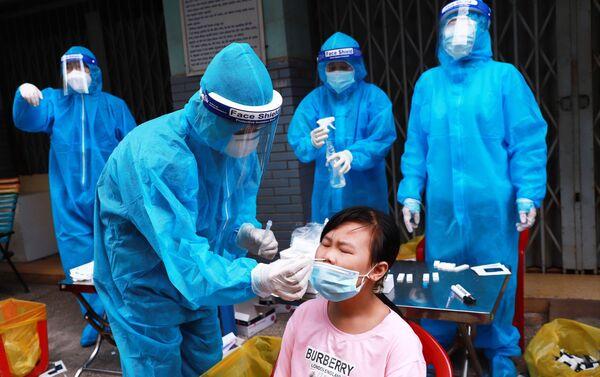 Tổ y tế lưu động Phường 3, Quận 4 lấy mẫu xét nghiệm cho người dân tại Chung cư B3. - Sputnik Việt Nam