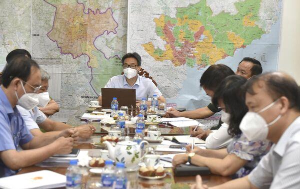 Phó Thủ tướng Vũ Đức Đam làm việc với lãnh đạo TP. Hồ Chí Minh về cung ứng hàng hóa thiết yếu cho người dân. - Sputnik Việt Nam