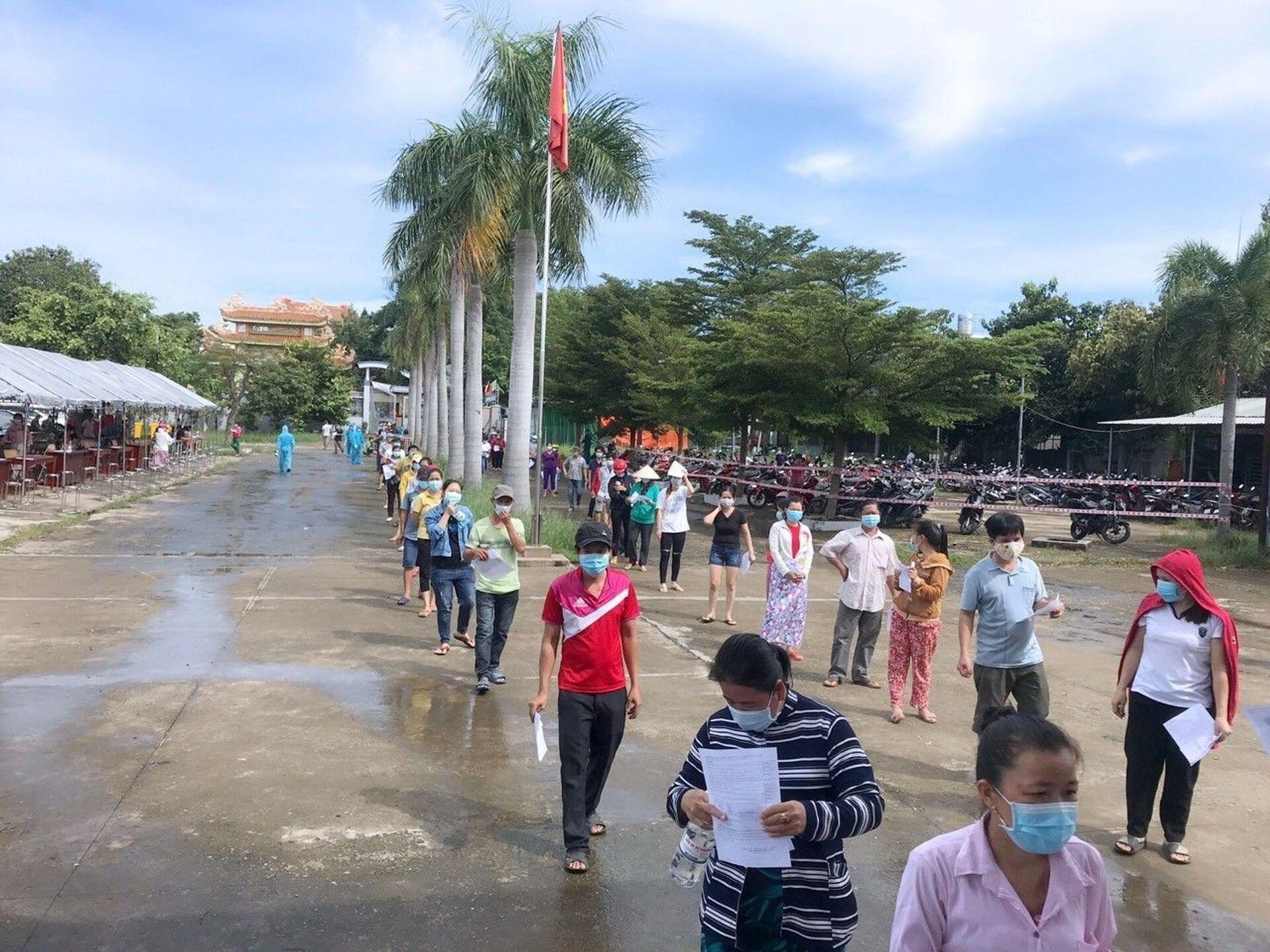 Người dân phường Thái Hòa, thị xã Tân Uyên, tỉnh Bình Dương đợi xếp hàng để được tiêm vaccine Vero Cell của Sinopharm, ngày 5/9. - Sputnik Việt Nam, 1920, 05.10.2021