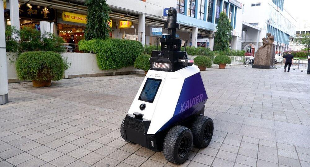 Robot Javier theo dõi trật tự công cộng ở Singapore