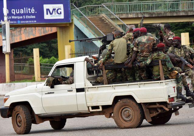 Các quân nhân LLVT Guinea chạy xe qua khu vực trung tâm Caloum ở thủ đô Conakry sau khi nghe thấy liên tục có tiếng súng nổ (ngày 5/9/2021)