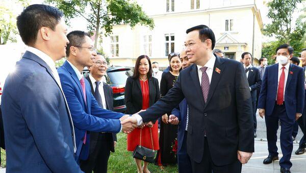 Chủ tịch Quốc hội Vương Đình Huệ thăm Đại sứ quán Việt Nam tại Áo - Sputnik Việt Nam