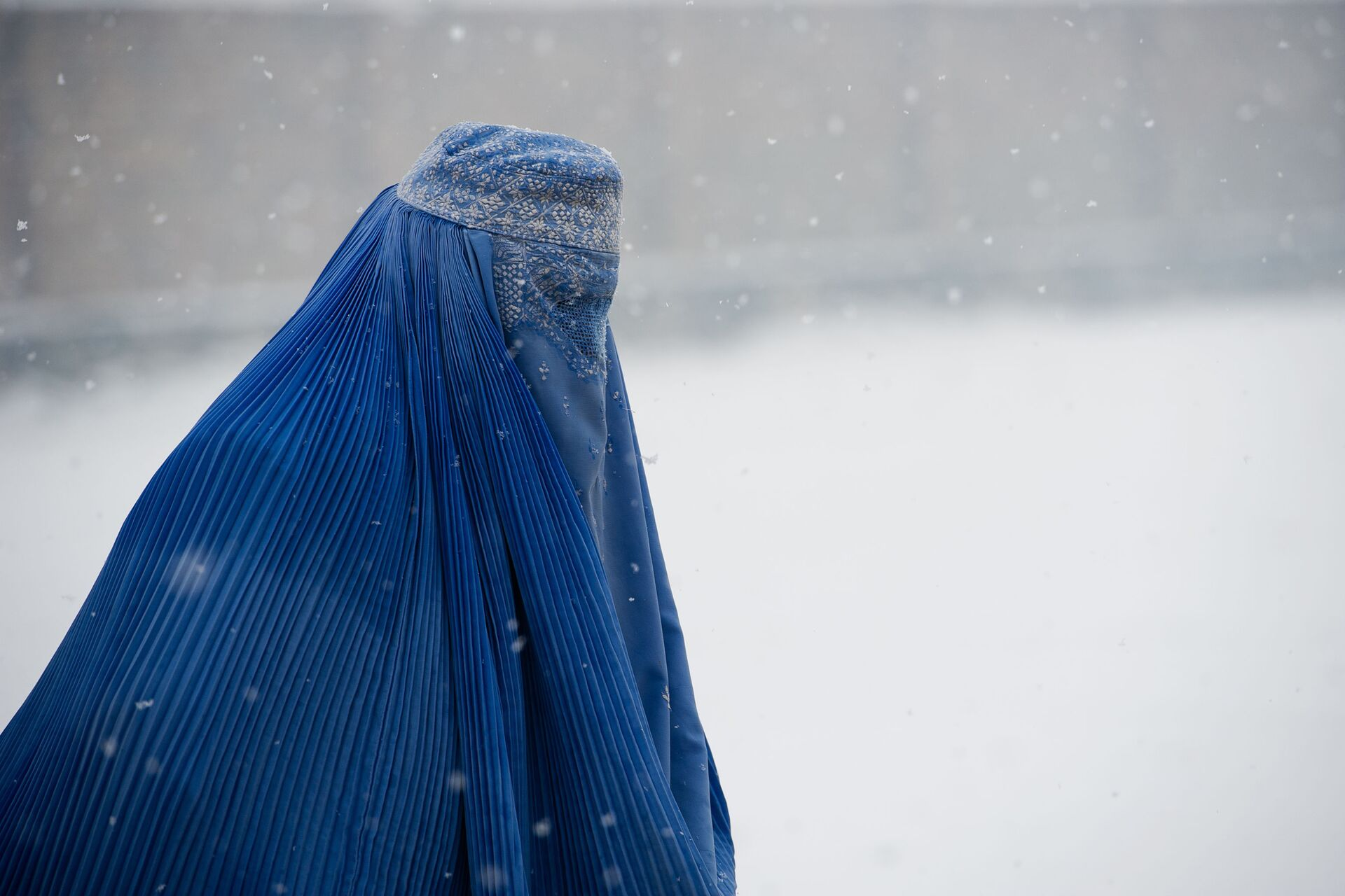 Người phụ nữ Afghanistan mặc burqa - trang phục truyền thống che toàn bộ khuôn mặt và cơ thể - Sputnik Việt Nam, 1920, 05.10.2021
