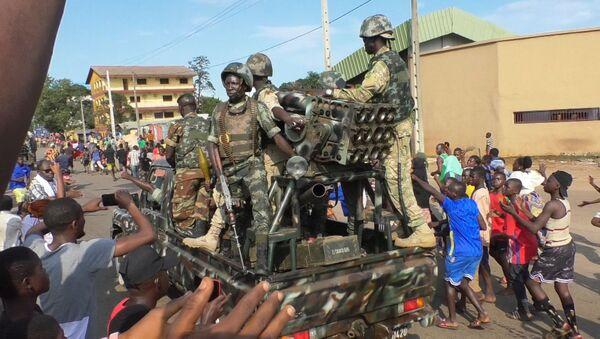 Người dân vỗ tay hoan hô binh lính trong khi đang ăn mừng chiến thắng của cuộc nổi dậy ở Conakry, Guinea - Sputnik Việt Nam