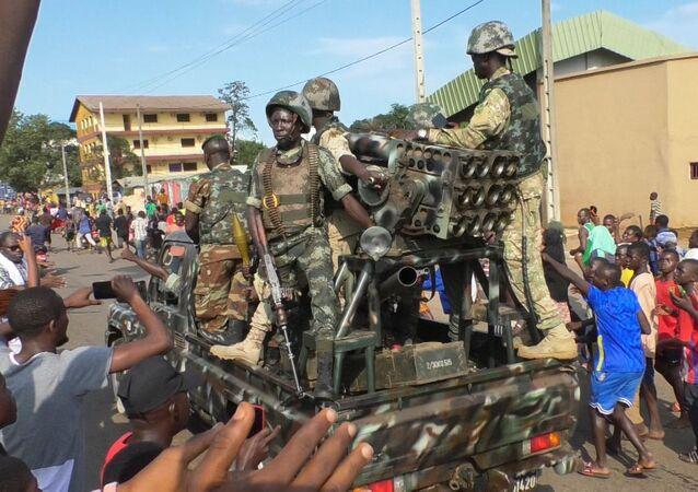 Người dân vỗ tay hoan hô binh lính trong khi đang ăn mừng chiến thắng của cuộc nổi dậy ở Conakry, Guinea