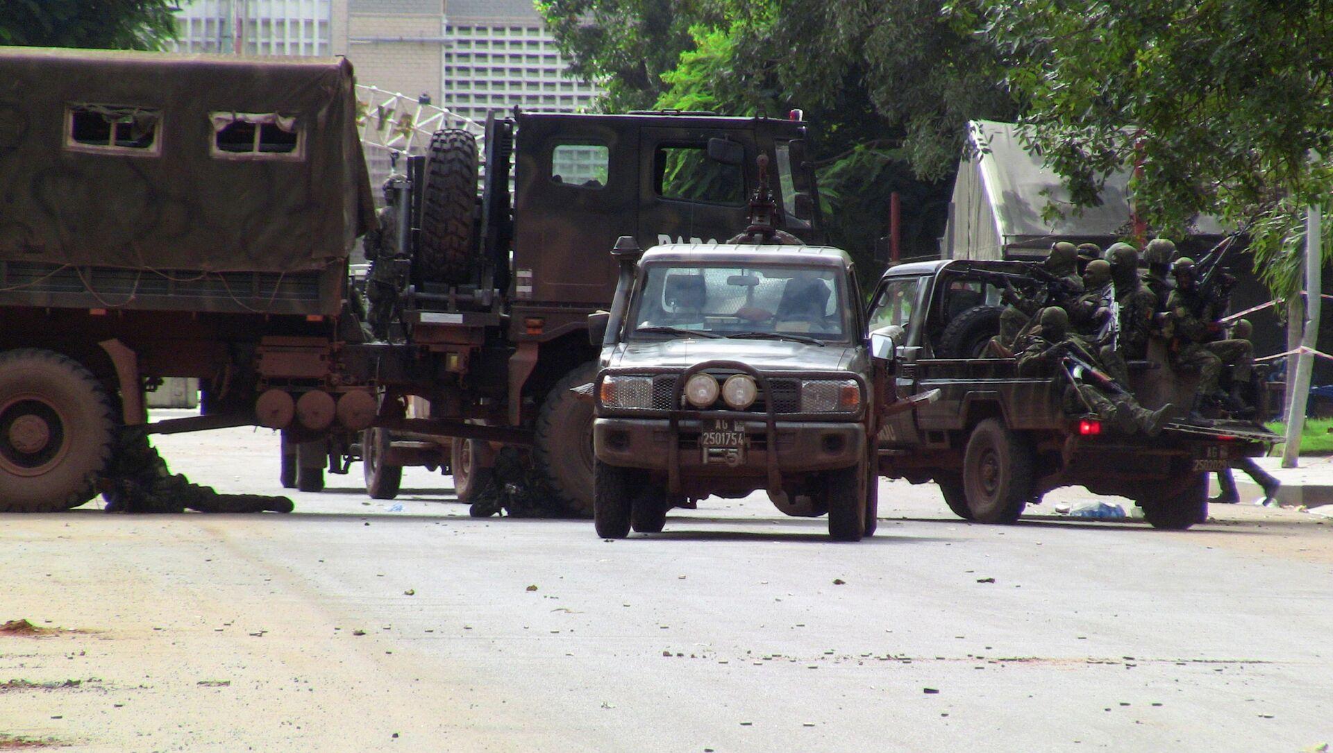 Lực lượng đặc biệt trên một đường phố của Conakry trong khi xảy ra cuộc đảo chính - Sputnik Việt Nam, 1920, 28.09.2021