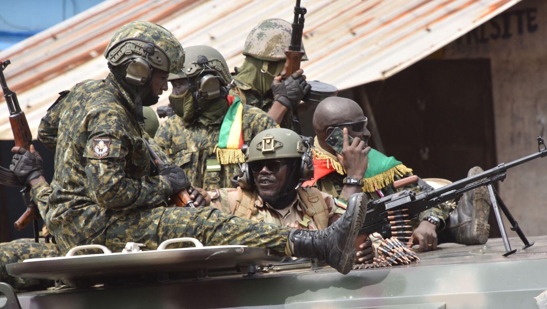 Binh lính Guinea trên một con phố ở Conakry sau vụ bắt giữ Tổng thống Alpha Conde - Sputnik Việt Nam, 1920, 18.09.2021