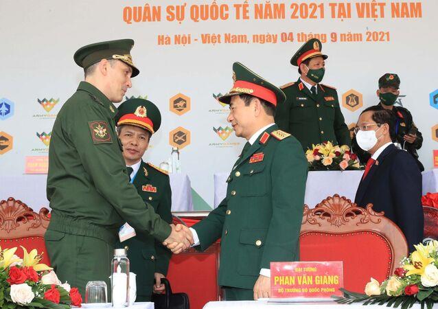 Đại tướng, Bộ trưởng Quốc phòng Phan Văn Giang và Thứ trưởng Bộ Quốc phòng Liên bang Nga Aleksei  Krivoruchko tại lễ bế mạc Army Games 2021