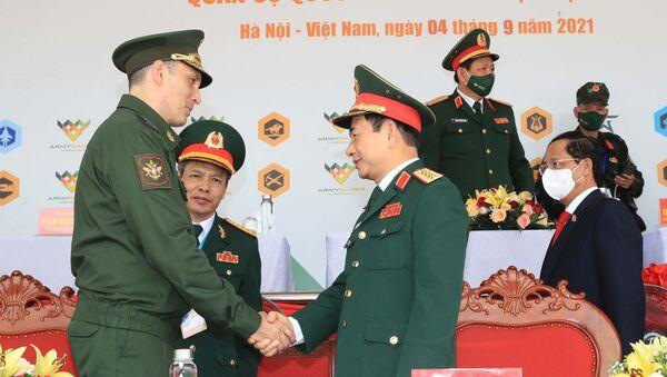 Đại tướng, Bộ trưởng Quốc phòng Phan Văn Giang và Thứ trưởng Bộ Quốc phòng Liên bang Nga Aleksei Krivoruchko tại lễ bế mạc Army Games 2021 - Sputnik Việt Nam