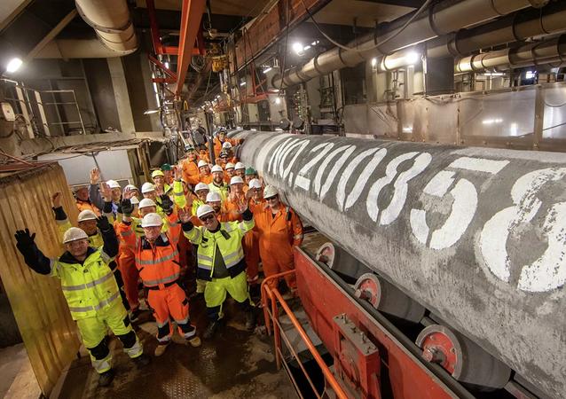 Các chuyên gia của tàu sà lan đặt ống Fortuna sau khi hàn ống cuối cùng đường thứ hai hệ thống dẫn khí Dòng Bắc 2